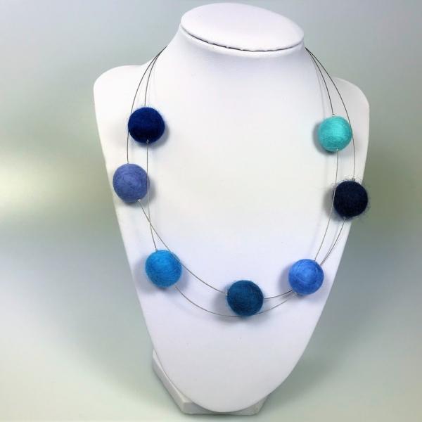 Halskette mit Filzperlen in Bläutönen, ca. 50cm