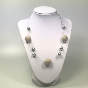 Halskette mit Filzperlen hellgrau, ca. 50cm