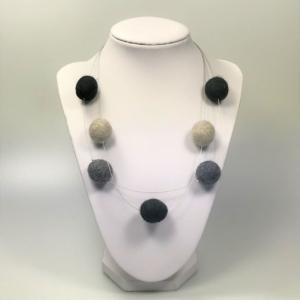 Halskette mit Filzperlen in Grautönen, ca. 50cm