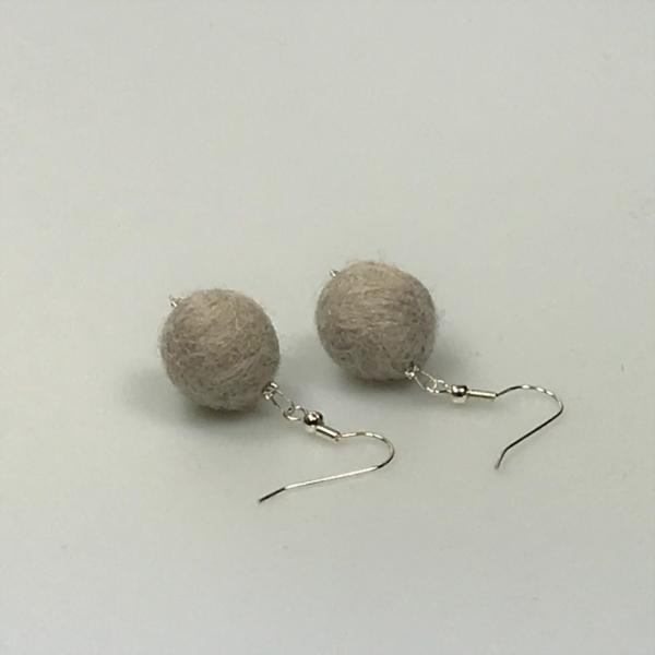 Ohrringe aus hellgrauen Filzperlen 1,5cm