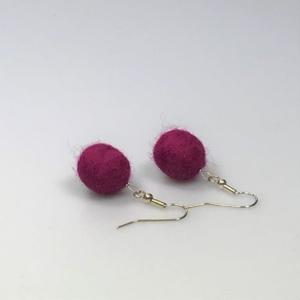 Ohrringe aus hibiskusfarbigen Filzperlen 1,5cm