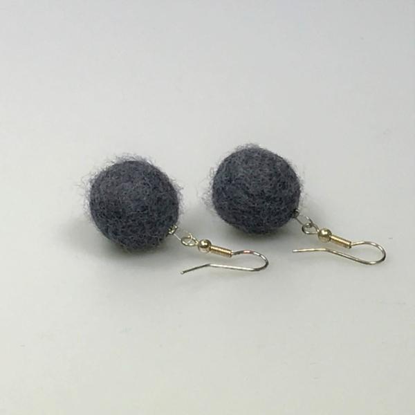 Ohrringe aus grauen Filzperlen 1,5cm
