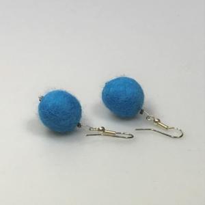 Ohrringe aus hellblauen Filzperlen 1,5cm