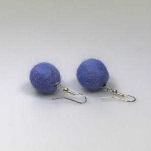 Ohrringe aus blau-violetten Filzperlen 1,5cm