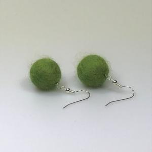 Ohrringe aus grasgrünen Filzperlen 1,5cm