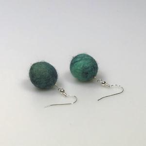 Ohrringe aus grün-gemischten Filzperlen 1,5cm