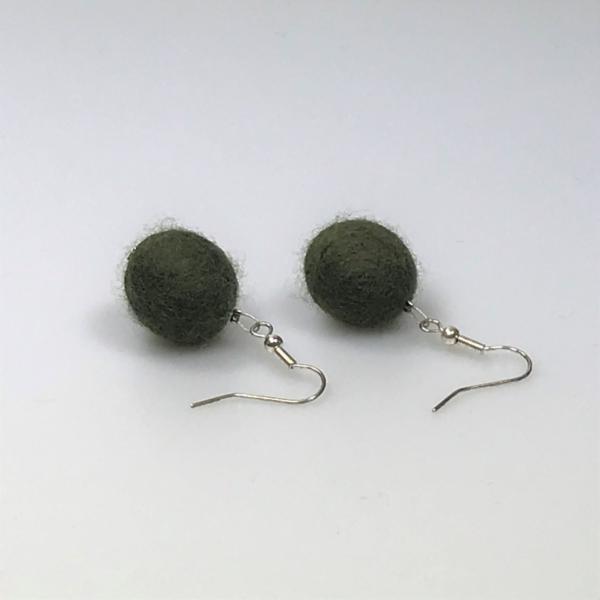 Ohrringe aus dunkelgrünen Filzperlen 1,5cm