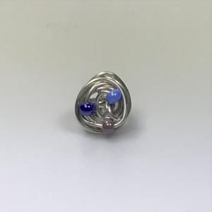 Gewickelter Drahtring mit Perlen in Blautönen