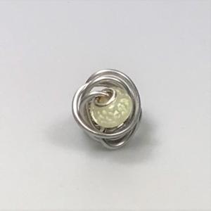 Gewickelter Drahtring mit Perle in weiß nachtleuchtend