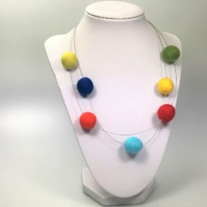 Halskette mit bunten Filzkperlen