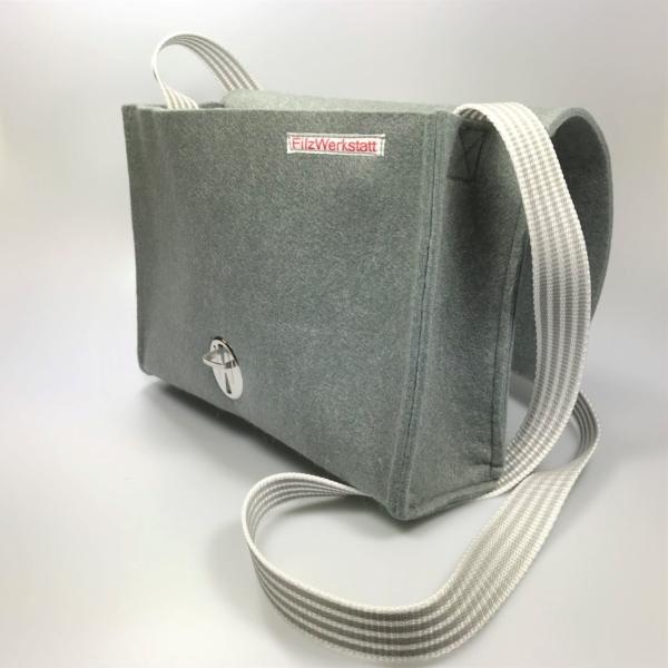 Filzhandtasche grau Seitenansicht offen