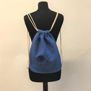 Stylischer Gymbag in Blau mit gesticktem Motiv