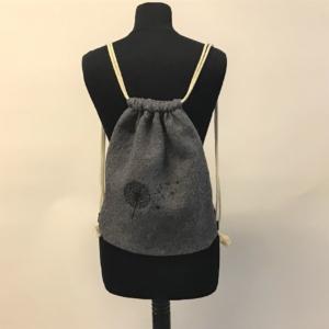 Stylischer Gymbag in Grau mit gesticktem Motiv